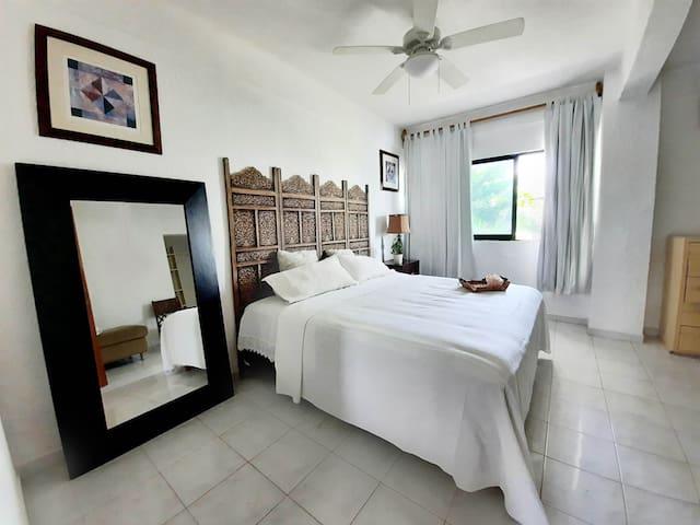 Habitación con cama King Size, muy amplia, nuestro concepto de descanso excluye el uso de televisores.