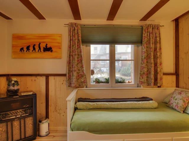 Gasthaus zur großen Tanne, (Bühl-Unterstmatt), Basic Dreibettzimmer mit Gemeinschaftsbad