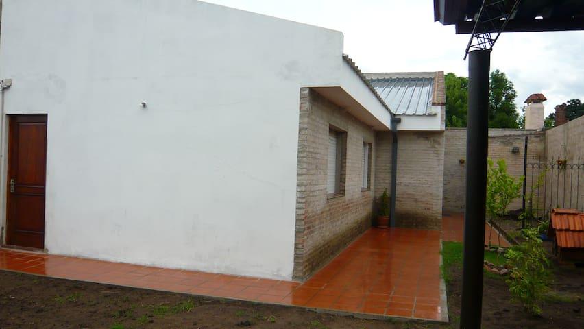 Casa centrica con jardin y garage
