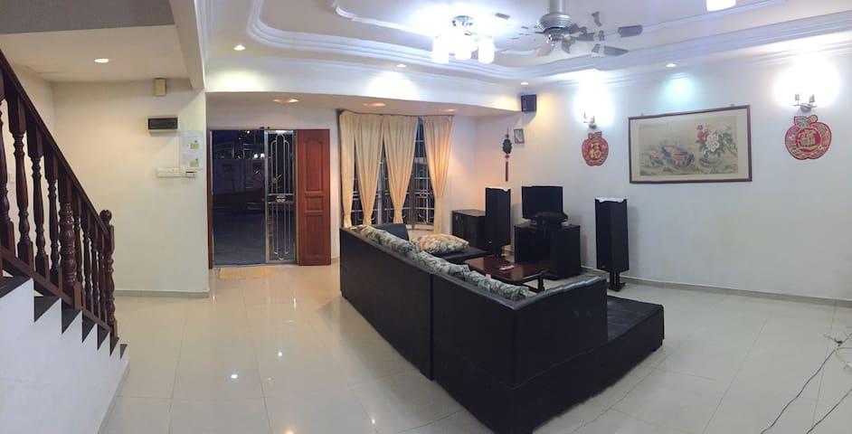 Permas Jaya Homestay, JB - Casa