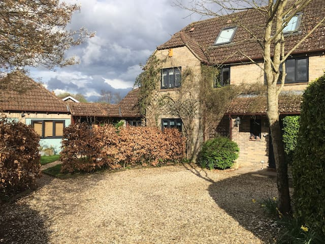 Lovely Family House in village near Marlborough - Great Bedwyn - Rumah