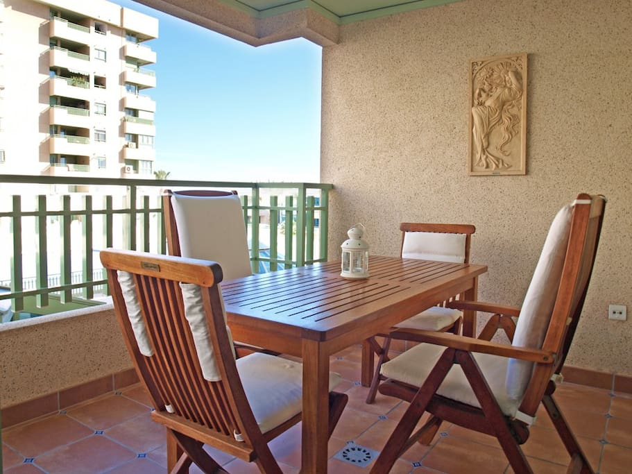 Terraza con vistas a piscina y playa.Mesa para 4 personas. Terrace with views to the pool and beach. Table for 4 people.