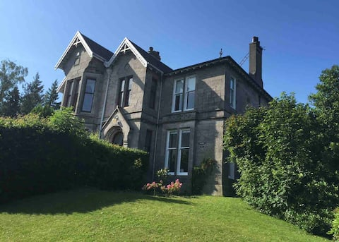 FANTASTIC HOUSE only 5 mins from LOCH LOMOND.