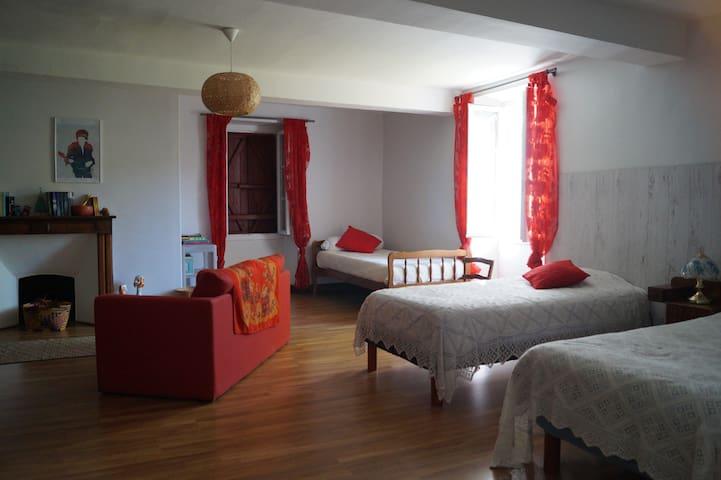 Grande chambre familiale avec 5 lits simples dont 2 superposés.
