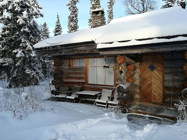 Chalet Luosto by pond and near National Park