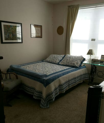 #2 queen size bed, airy room, private and clean. - Marcus Hook - Hus