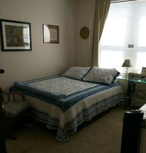 #2 queen size bed, airy room, private and clean. - Marcus Hook - Huis