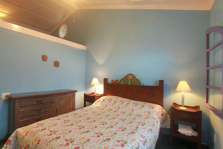 quarto azul  1 com messanino  e banheiro  completo e ar condicionado .