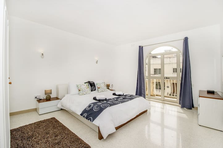 Amazing PR with private balcony_St Julian's area!