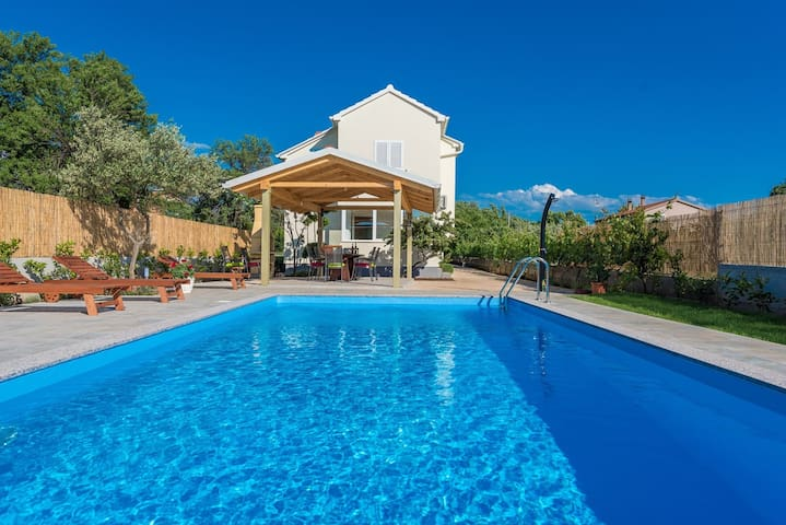 Villa Green Oasis with large swimming pool