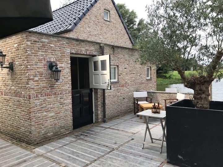 Vrijstaande patioliving aan water, Hoek v Holland