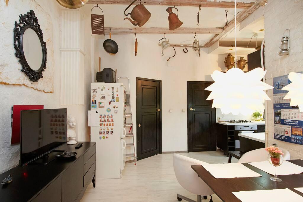 Кухня столовая. Проходная 20м2. Стол раздвижной на 6 персон. Имеются раскачанные стулья для 5 и 6 -го гостя.