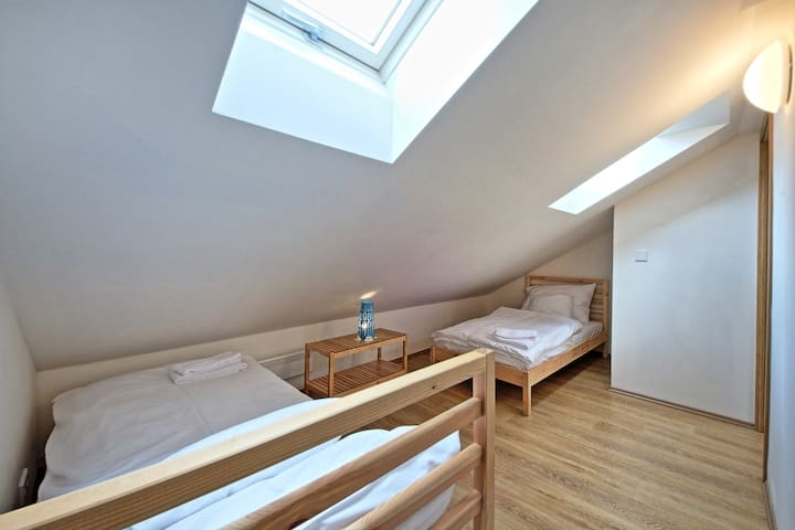 separated 3rd bedroom with 2x single beds