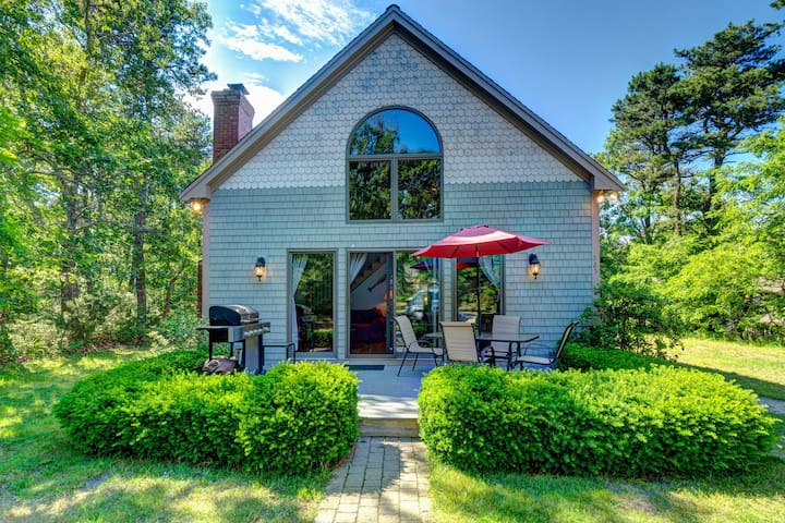 Secluded, family-friendly house w/ entertainment & scenic yard - beach nearby!