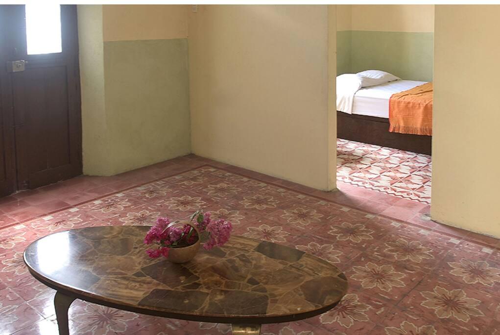 Sala de entrada a la casa Nicte-Ha. Los pisos son típicos de los hogares meridenses.
