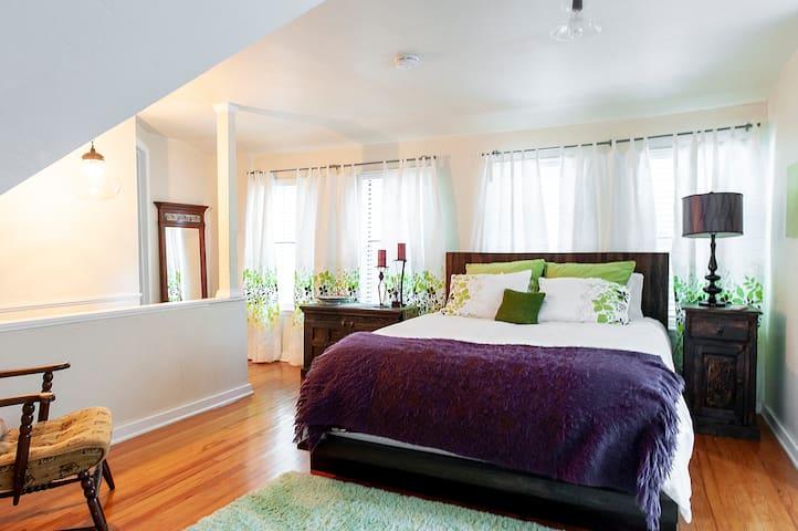 Upstairs bedroom. Queen.