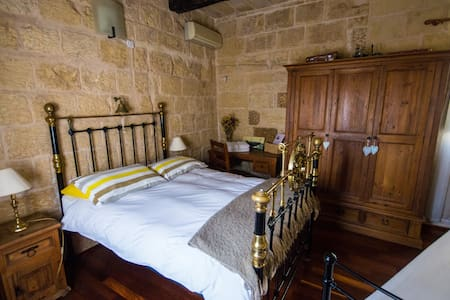 The Burrow Guest House Luxury Suite - Tarxien