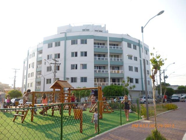 APTO PERTÍSSIMO DA PRAIA DO FORTE E CENTRO. - Cabo Frio - Wohnung