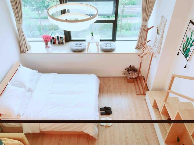 楼下是一张标准双人床(如果4人出行建议预定这种,比沙发床,铁架床舒服一百倍),四件套一客一干洗,用的放心。