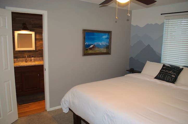 Comfy King Bed super close to Red Rocks Concerts!
