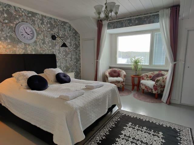 Makuuhuone 1: Laadukas parivuode ja kaunis järvimaisema