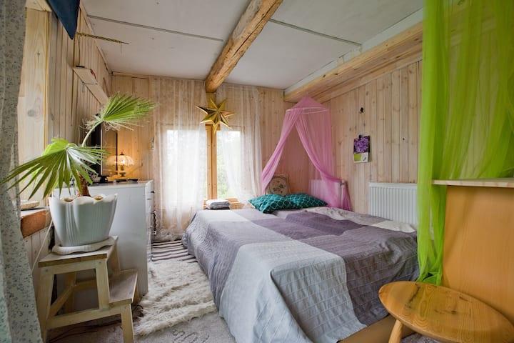 Комната  с балконом и отдельным туалетом.