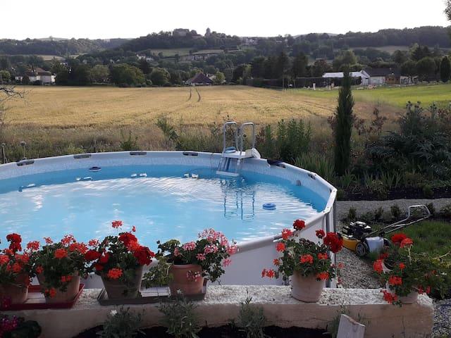 Vue sur le village ,l'église et le château  de Cavagnac depuis la maison.et la piscine