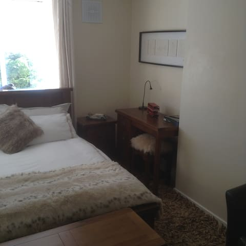 Double Bedroom with use of a private sitting room - Limerick - Dom