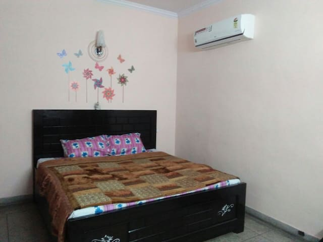 Complete House 50 MB/s wifi walking distance Metro