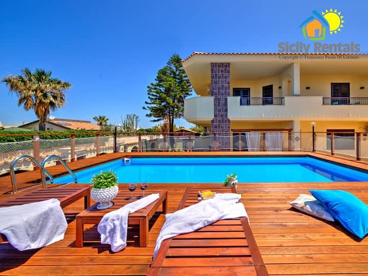 Villa con piscina a pochi passi dal mare
