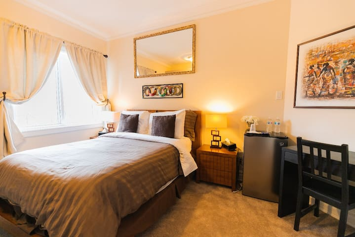 Double room-Ensuite with Shower-Pool View-Main Floor