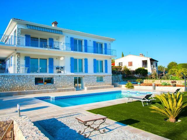 Vast villa with stunning view on Golfe Juan