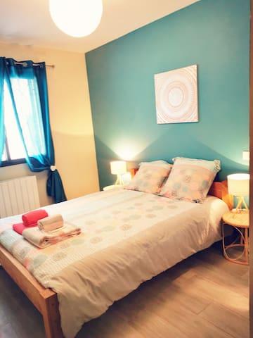 chambre 1: 11m2 - lit double en  140x190 /couette en 220x240 - grand placard - chauffage-  linge de lit et/ou linge de toilette sur options,  à  commander lors de votre réservation.