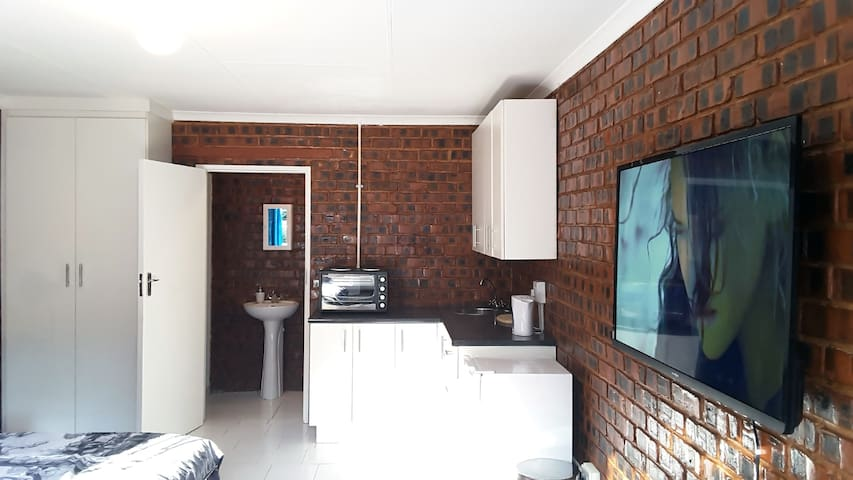 Sunny Hatfield Apartment with WIFI + DSTV - Pretoria - Apartment