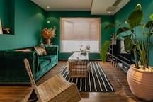 《仲夏夜之梦》绿色现代主题房拥有L型的大窗,无敌视角可看重庆夜景(包括江北嘴和渝中半岛所有网红大屏幕)、看江。ins大热的拱门设计、丝绒的绿沙发、百叶窗把光线切割成细碎的线条,1.5✖️2m的双人床,宜家精选柔软床垫,小米43寸电视,和超大卫生间。