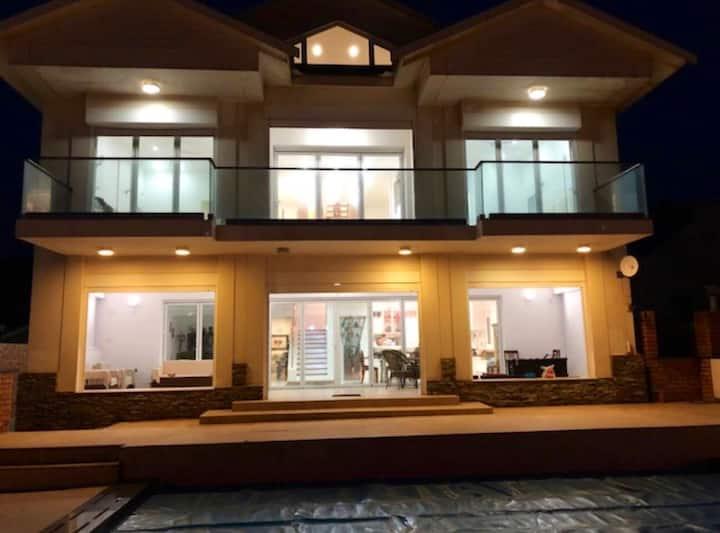 THE BEACH HOUSE GETAWAY - 5 BEDS, SPA BATHS, POOL