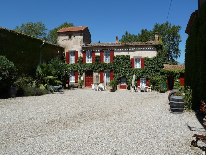 Comfortable gite with pool in ancient wine domain