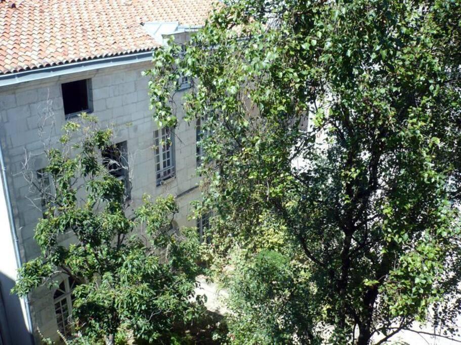vue sur bâtiment 17èmé siècle; une cour en bas pour fumer