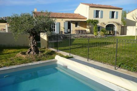 Villa provençale avec piscine , 8 personnes - Mouriès - 独立屋