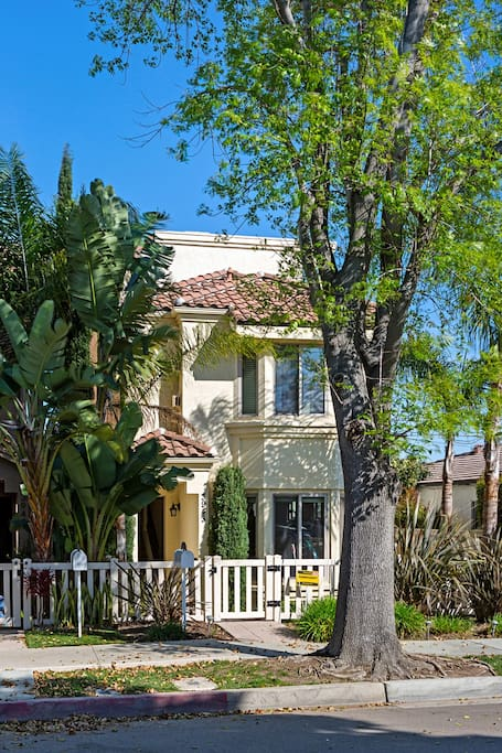 Beautiful Mediterranean Beach Home & just minutes walking to the Crown Point Shores/Mission Bay. Just a walk to 22 miles of paved pathways to the Mission Bay and the beaches.