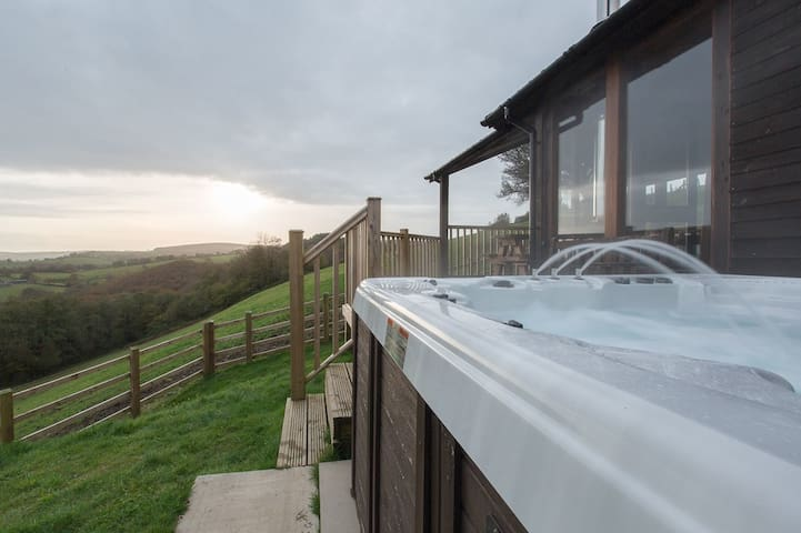 PENGELLI FARM LODGE. Hottub. - Llandeilo