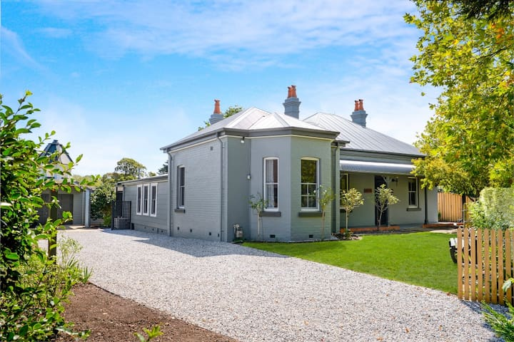 Heart of Moss Vale - Fully Renovated c1884 Home.