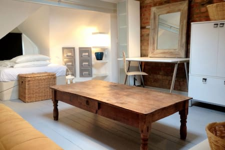 Attic room & private lounge in fabulous village - Boston Spa - Haus