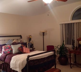 Estate Bedroom Cherished Antiques + Gym Use - Marlboro Township - Huis