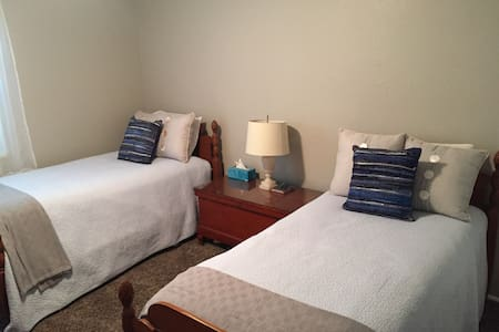 Small Price - Big Hospitality through Apr 30, 2017 - Orem - Huis