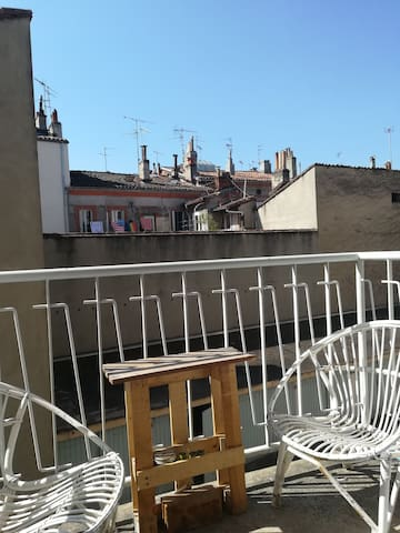 Petit balcon donnant sur cour intérieure