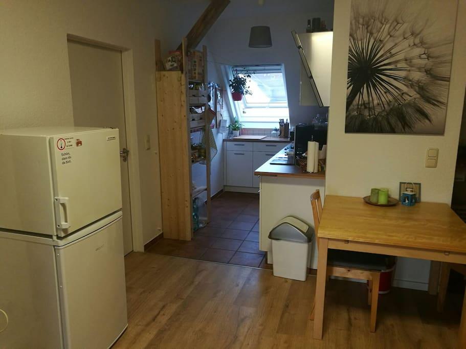 Die offene Küche mit kleinen Essbereich