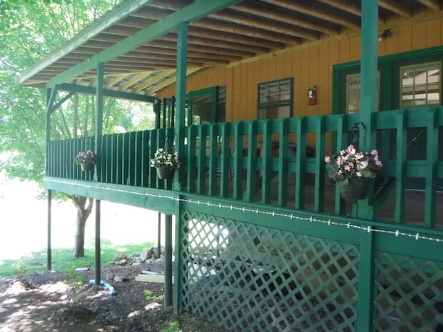Nolichucky River Bunkhouse. Great for events. - Erwin - Outros