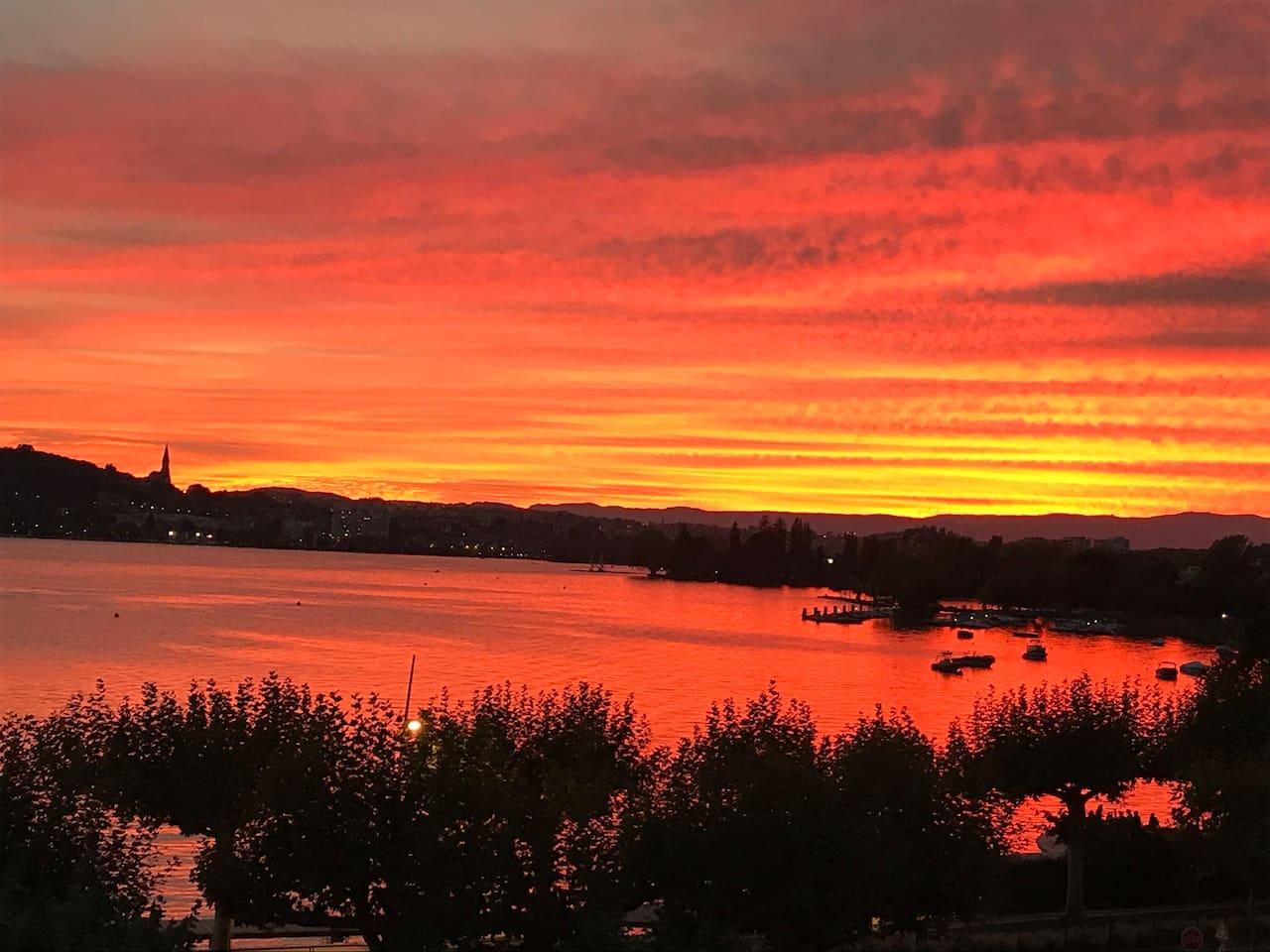 Appartement au bord du Lac d'Annecy, vue lac exceptionnelle !!! Chambre avec vue montagne .