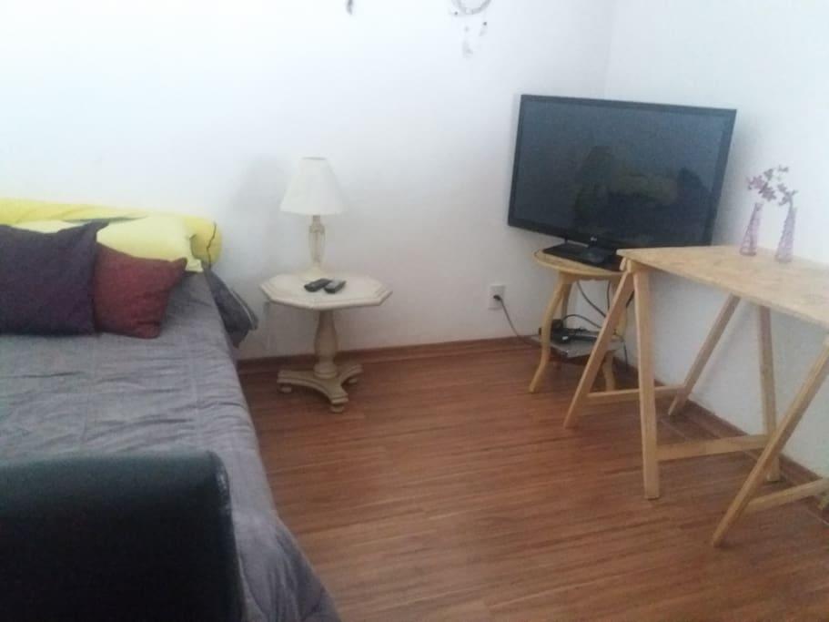 quarto com TV - internet e cabo